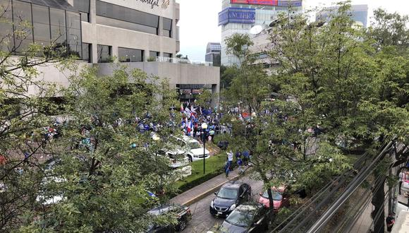 Hinchas de Cruz Azul se aproximaron al hotel a mostrar su apoyo al equipo. (Foto: Abigail Parra)