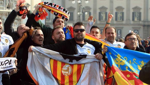 Hinchas del Valencia se habrían contagiado de coronavirus en Milán. (Foto: EFE)