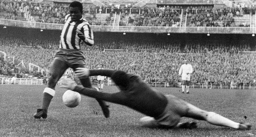 El rojiblanco (i) esquivando al meta del Madrid (c), que se lanzaba a detenerle con el balón.