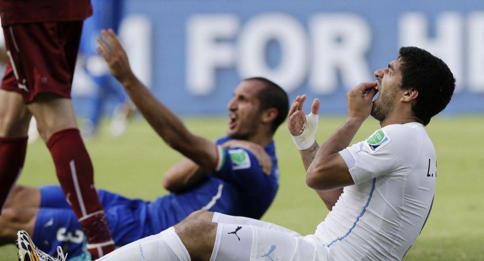 Luis Suárez y el episodio con Giorgio Chiellini en el Mundial de Brasil. (Foto: AP)