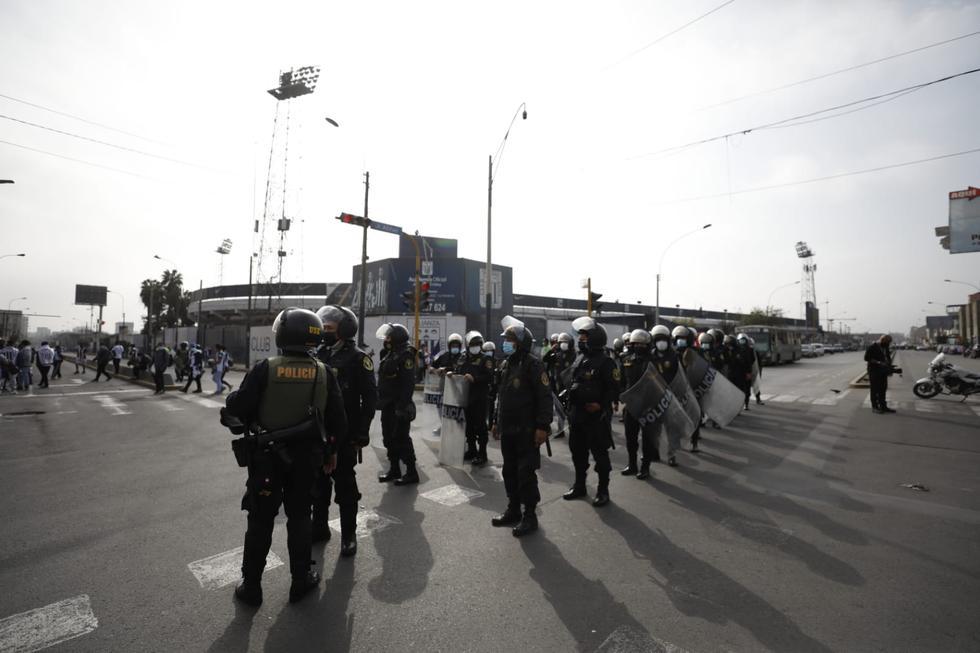 Hinchas de Alianza Lima realizan banderazo antes del clásico del fútbol peruano. (Foto: César Bueno / GEC)