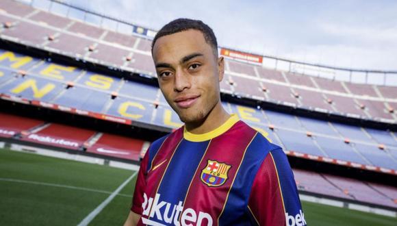 Sergiño Dest firma con el Barcelona por cinco temporadas. (FC Barcelona)
