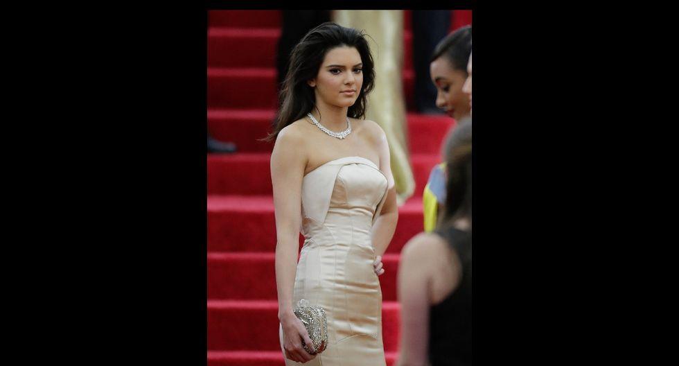 Kendall Jenner fue fotografiada por paparazis en una calle de California, Estados Unidos. (AFP)