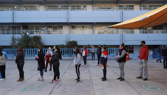 MEX4050. CIUDAD DE MÉXICO (MÉXICO), 07/06/2021 .- Estudiantes de nivel secundaria, se forman hoy, lunes para ingresar a sus aulas, en una escuela en la Ciudad de México. Tras más de un año sin clases presenciales y luego de la vacunación del personal docente, miles de estudiantes de la Ciudad de México retomaron este lunes las lecciones en las aulas, aunque el regreso todavía es voluntario. EFE/Carlos Ramírez