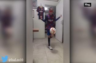 Viral: niña asombra por dominio del balón con ojos vendados