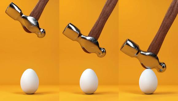 Un video viral muestra el insólito final del encuentro entre un martillo y un huevo.   Crédito: @satisfyingxtimes / Instagram.