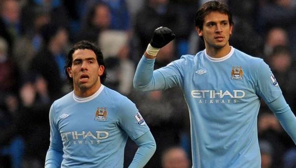 Carlos Tevez y Roque Santa Cruz coincidieron en el Manchester City. (DIfusión)