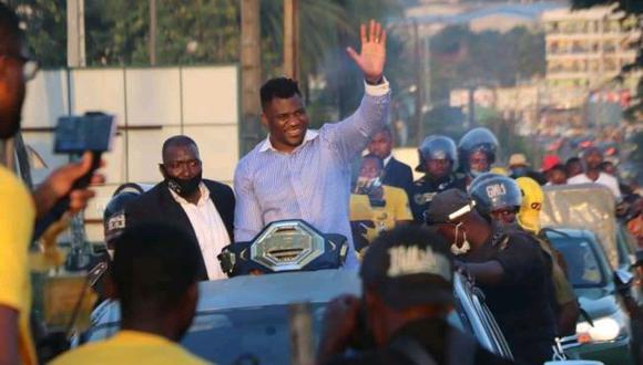 El espectacular recibimiento a Francis Ngannou en su vuelta a Camerún con el título de UFC. (Twitter)