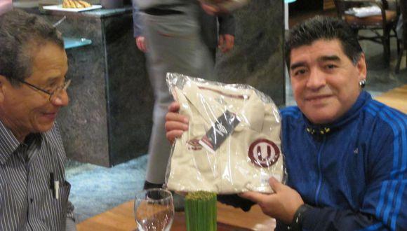 Diego Maradona con camiseta de Universitario. (Foto: Mario Fernández)