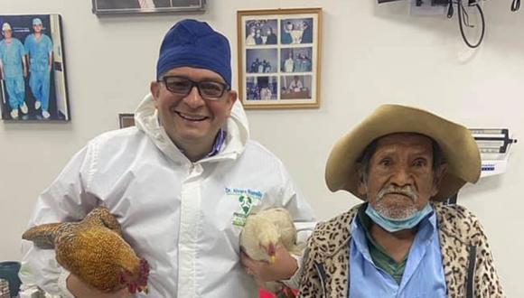 Aquí vemos al doctor Álvaro Ramallo al lado de su paciente. (Foto: Álvaro Ramallo | Facebook)