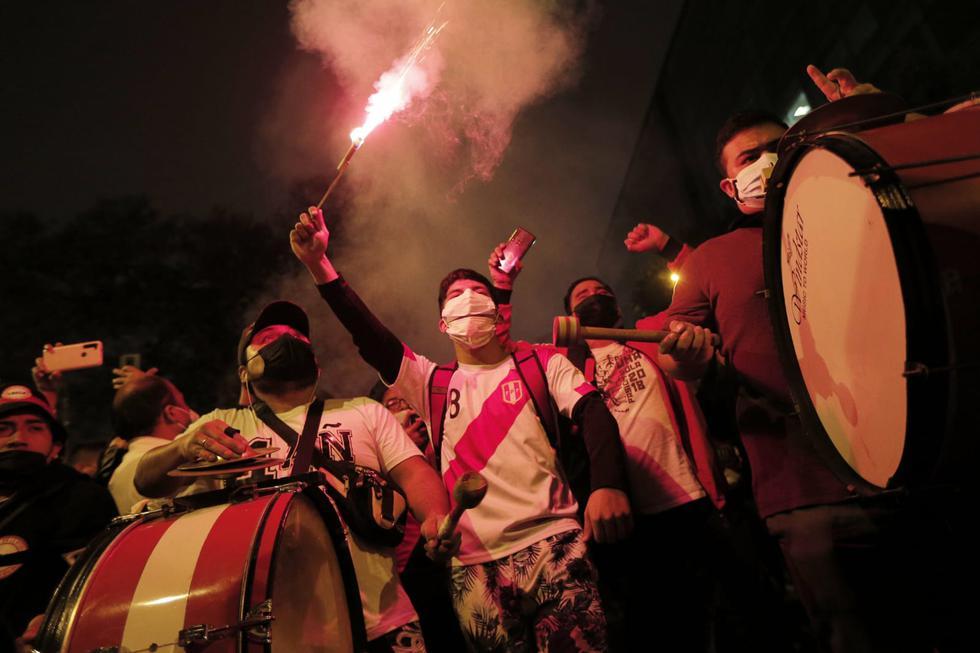 La noche de este miércoles se iluminó con fuegos artificiales y bengalas en Miraflores, epicentro de las manifestacions de respaldo a la selección peruana. (Foto: Andrés Paredes / @photo.gec)