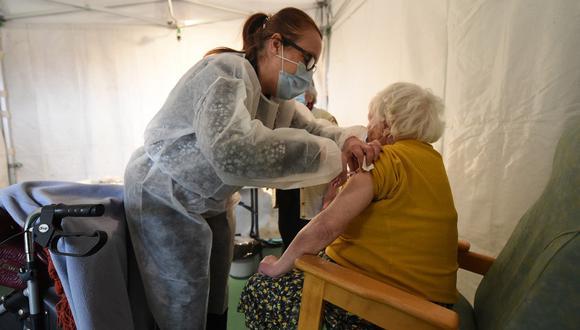 Una anciana acude a la vacunación contra el covid-19 y pide ayuda por los malos tratos de su hija. (Foto: Referencial / AFP)