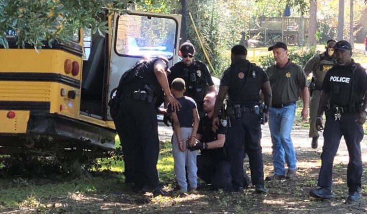 Momento en que arrestan al niño. (Foto: Twitter)