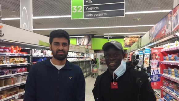 N'Golo Kanté posó junto a un fanático mientras realizaba sus compras en el supermercado. (Foto: Twitter)