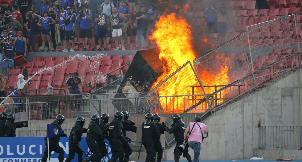 Las postales del incidente en la tribuna del Estadio Nacional, que recibió el Universidad de Chile vs. Internacional. (Foto: AFP)