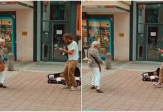 Alerta de ternura y sabrosura: los perfectos pasos de abuelita y guitarrista callejero son viral [VIDEO]