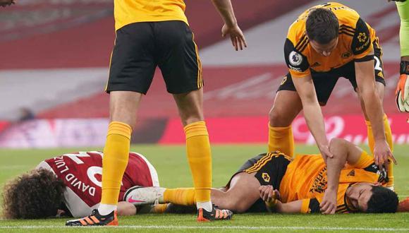 Raúl Jiménez sufrió una fractura de cráneo tras un cabezazo con David Luiz. (Foto: Reuters)