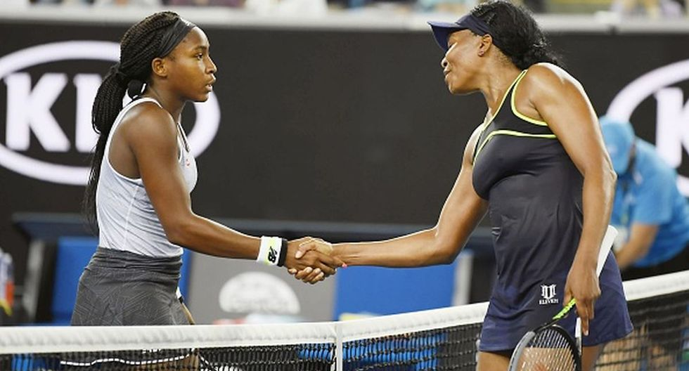Coco Gauff dándole la mano a Venus Williams luego de ganar su partido. (Foto: Getty Images)