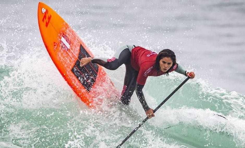 Vania Torres haciendo una maniobra de paddle surf. (Foto: Instagram Vania Torres)