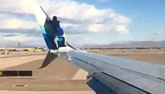Un video viral, grabado por un pasajero, muestra al hombre sentado y caminando sobre el ala. Luego se quita los calcetines y los zapatos antes de intentar escalar la aleta del Boeing 737. (Foto: @limadeltaflies / Twitter)