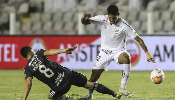 Santos y Olimpia jugaron un partido muy intenso en el estadio Villa Belmiro