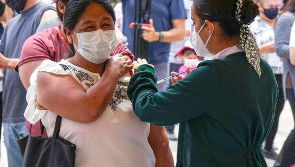 Un migrante recibe la vacuna Johnson & Johnson contra el COVID-19 en la primaria Miguel F. Martínez, de la ciudad de Tijuana, estado de Baja California (México). (EFE/Joebeth Terriquez).