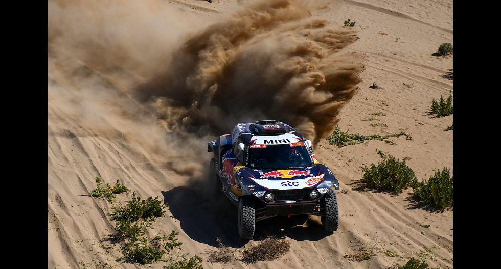 El español Carlos Sainz y el copiloto Lucas Cruz, durante la etapa 1. (Foto: AFP)