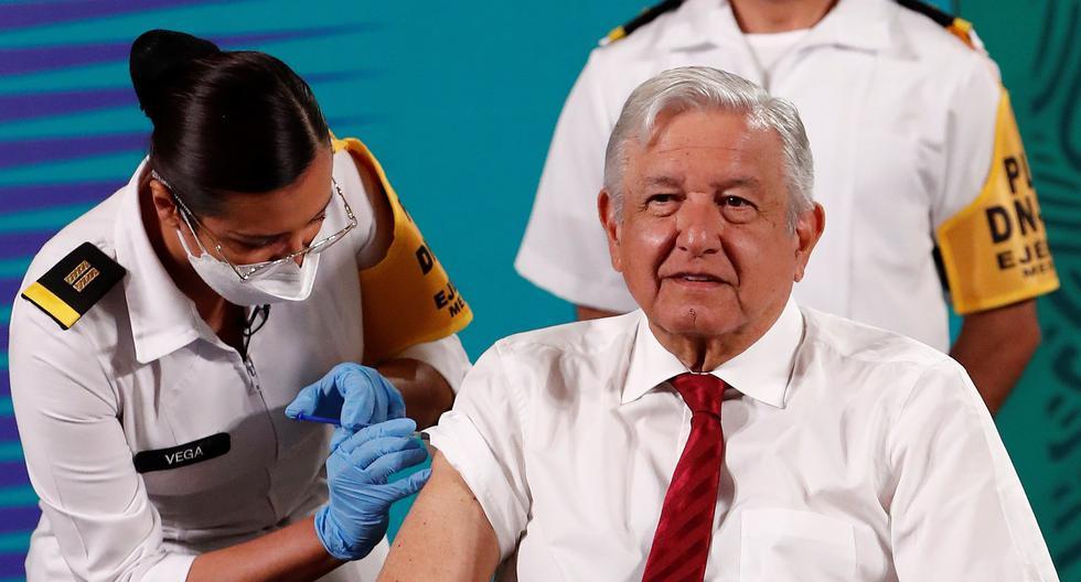 El presidente de México, Andrés Manuel López Obrador, recibe su segunda dosis de la vacuna contra la covid-19 durante su rueda de prensa matutina hoy, en el Palacio Nacional de la Ciudad de México. (Foto: EFE/ José Méndez)