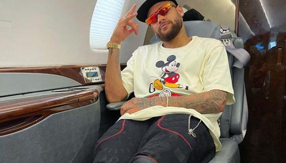 Neymar, estrella del París Saint-Germain, a bordo del avión que lo lleva de vuelta a Francia tras pasar Navidad y Año Nuevo en Brasil. (Foto: IG @neymarjr)