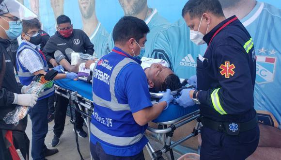 Chávez fue trasladado en ambulancia tras el Universitario vs. Mannucci. (Foto: prensa U)