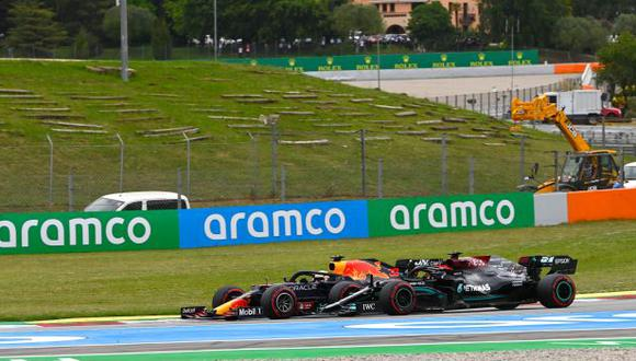 Lewis Hamilton lidera la clasificación de pilotos con 15 puntos de ventaja de Verstappen. (Foto: AFP)